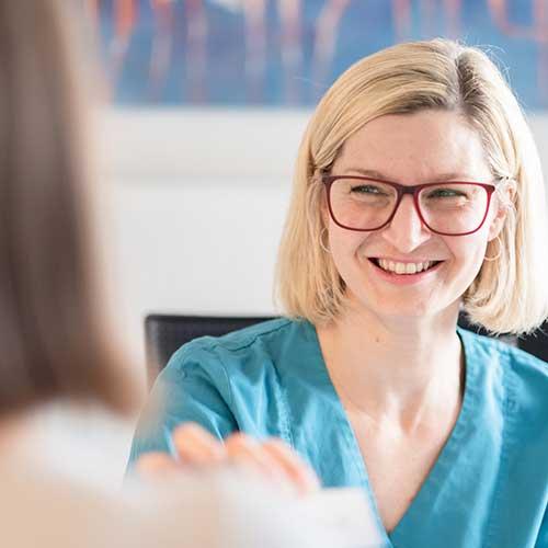 Orthopäde Ditzingen - Dr. Badelt - am Empfang unserer Praxis werden Sie freundlich begrüßt
