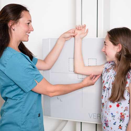 Orthopäde Ditzingen - Dr. Badelt - Diagnostik bei einer jungen Patientin